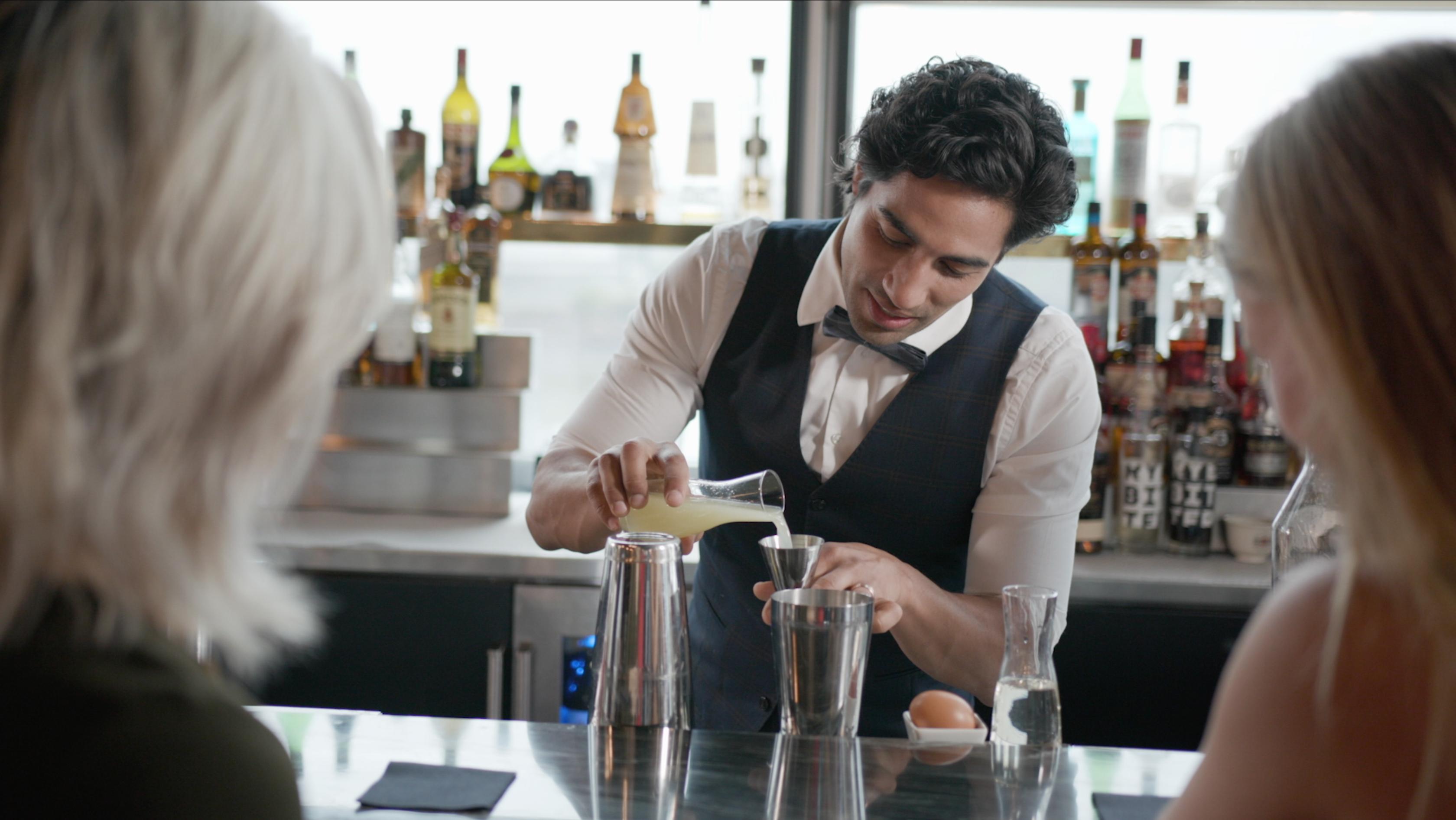 Der Barkeeper Nic Shanker mixt einen Cocktail